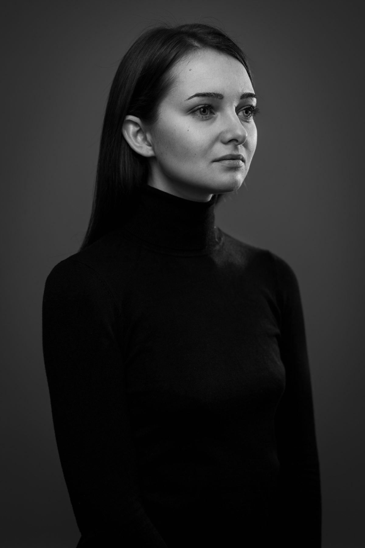 Schwarz-Weiß Portrait einer Frau mit seitlichem Profil