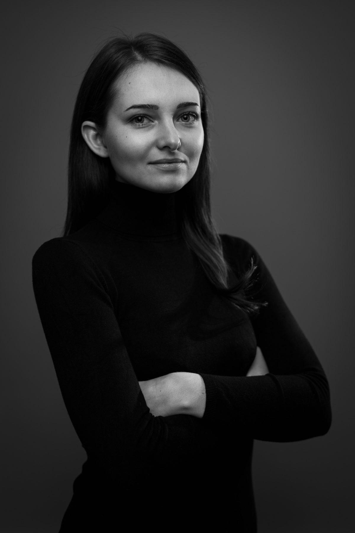 Schwarz-Weiss Portrait einer lächelnden Frau